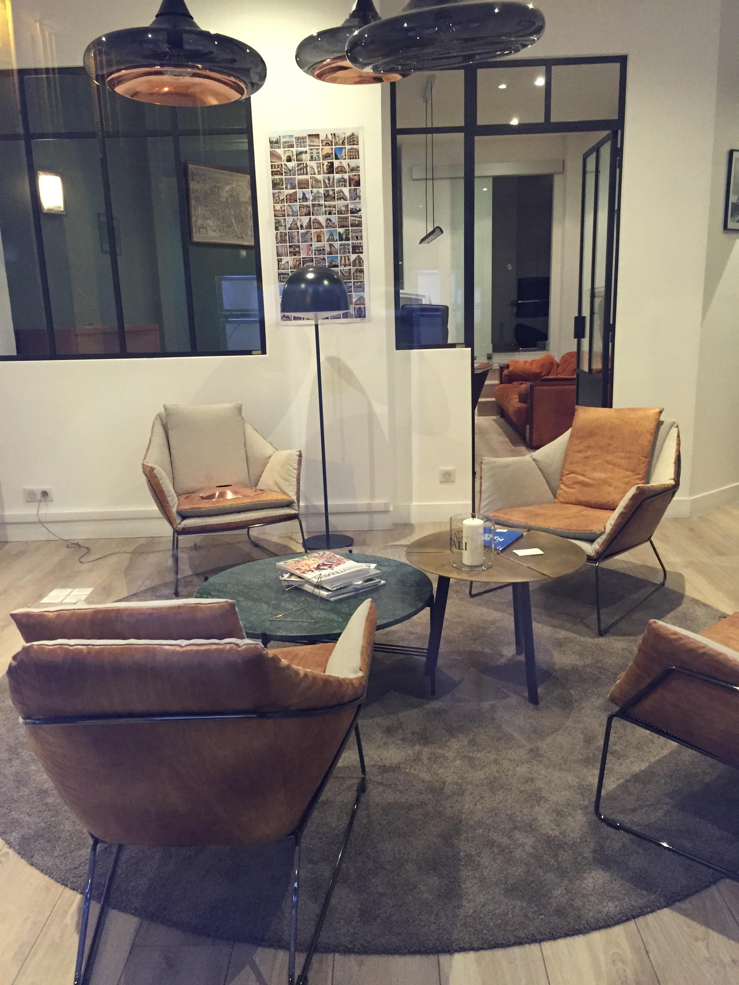 fauteuil et berg re avec pouf new york meubles steinmetz. Black Bedroom Furniture Sets. Home Design Ideas