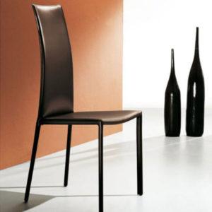 Chaise en cuir avec dossier haut